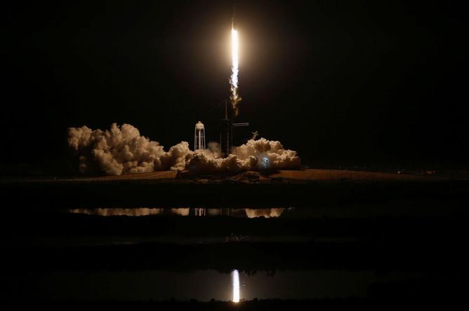 Старт ракеты-носителя Falcon 9 компании SpaceX с кораблем Crew Dragon с космодрома во Флориде, 2 марта 2019 года