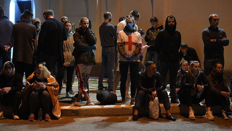 Люди ожидают освобождения своих родных и близких возле Центра изоляции правонарушителей на улице Окрестина в Минске, где содержатся задержанные в ходе акций протеста, 14 августа 2020 года