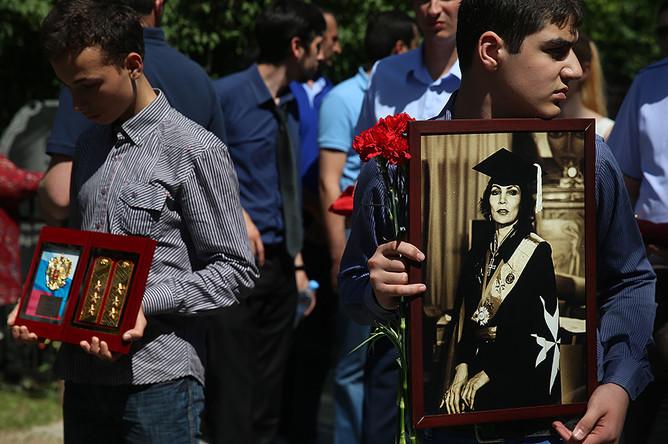 Церемония похорон целительницы Джуны Давиташвили на Ваганьковском кладбище