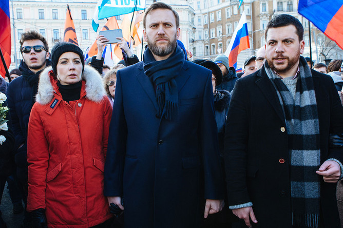 Политик Алексей Навальный с женой Юлией (слева) во время марша памяти, посвященного годовщине гибели Бориса Немцова