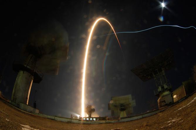 Траектория полета ракеты на снимке с длительной выдержкой