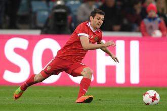 Полузащитник сборной России Алан Дзагоев гонится за мячом в товарищеском матче против Бельгии, где он получил травму, от которой до сих пор не может оправиться