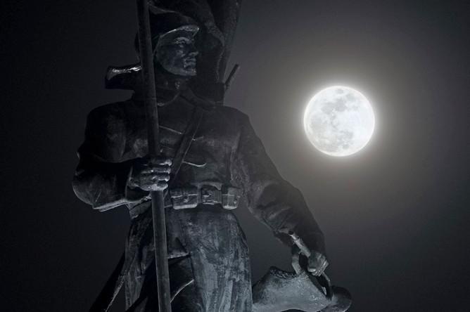 Суперлуние на фоне памятника Борцам за власть Советов во Владивостоке, 31 января 2018 года