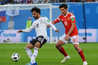 Футболист сборной России Юрий Жирков (справа) против египтянина Мохамеда Салаха