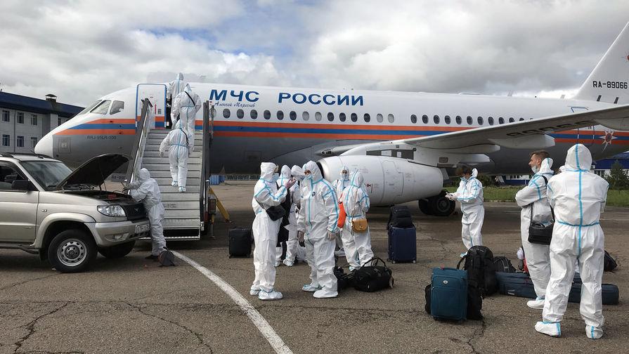 Журналисты правительственного пула, сопровождавшие председателя правительства РФ Михаила Мишустина в поездке на Дальний Восток, возвращаются бортом МЧС в Москву из Благовещенска, 18 августа 2020 года