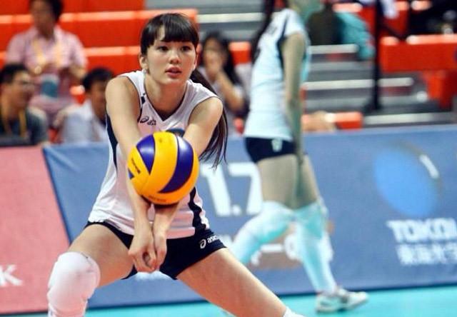 Волейболом девушка увлеклась в 14 лет и с тех пор играла за команды «Казхром» и «Алматиночка»