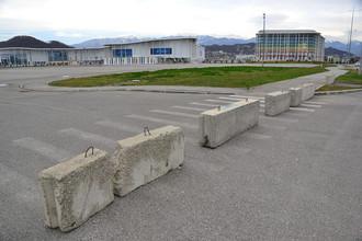 При подъезде к парку кругом парковочные места, но власти решили их зачем-то перекрыть. Фотография: Александр Валов/blogsochi.ru