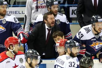 Главный тренер «Металлурга» Илья Воробьев (в центре) на матче против ЦСКА