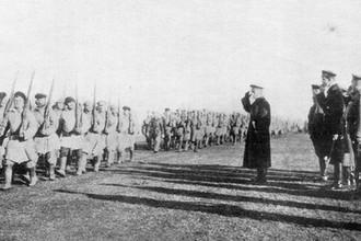 Адмирал Александр Колчак принимает парад близ Тобольска, октябрь 1919 года