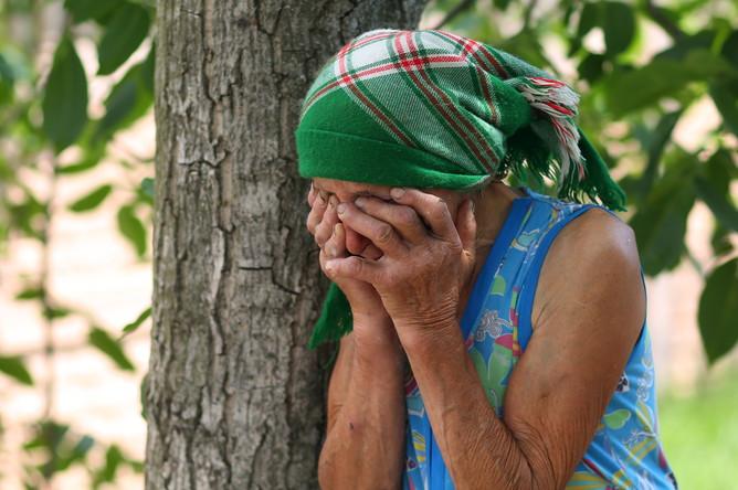 Местная жительница после обстрела в поселке Тельманово