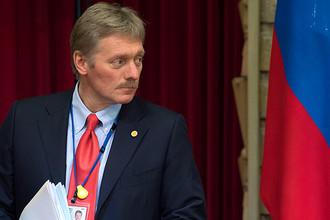 Пресс-секретарь Дмитрий Песков во время совместной пресс-конференции президента России Владимира Путина и премьер-министра Японии Синдзо Абэ в Токио, 16 декабря 2016 года