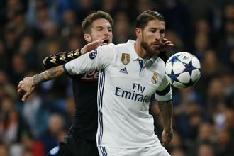 «Реал» не собирается пропускать «Наполи» в четвертьфинал, как Серхио Рамос в этом эпизоде не пустил в первом матче к мячу Дриса Мертенса