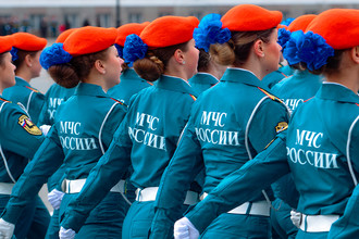 Строй курсантов МЧС РФ во время генеральной репетиции Парада Победы на Дворцовой площади в Санкт-Петербурге, 2017 год