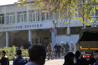 У здания Керченского политехнического колледжа, где произошел теракт, 17 октября 2018 года