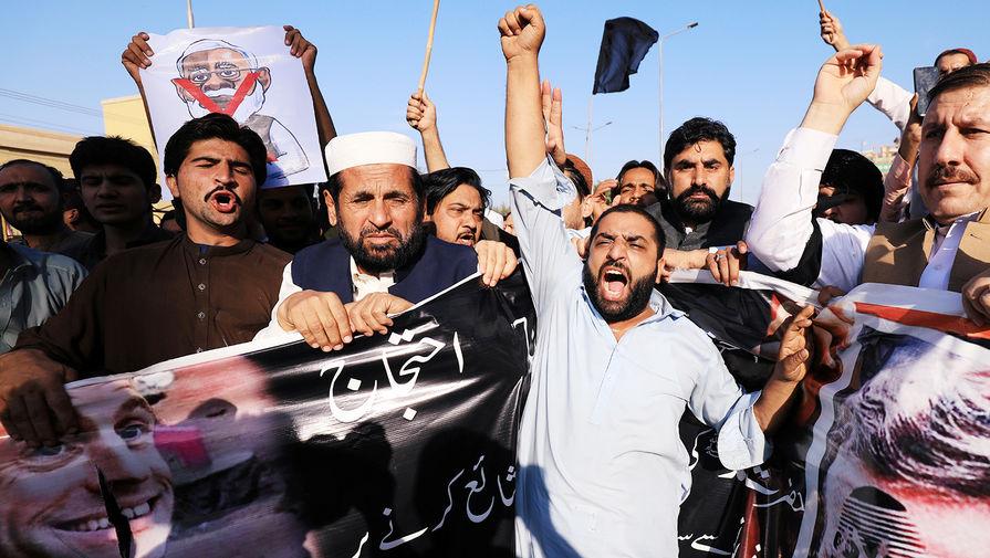 Участники акции протеста в пакистанском Пешаваре против публикации карикатур на пророка Мухаммеда и заявлений президента Франции Эмманюэля Макрона, 27 октября 2020 года