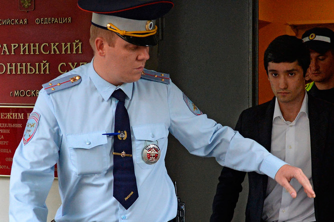 Сын вице-президента «ЛУКойла» Руслан Шамсуаров у здания Гагаринского суда Москвы