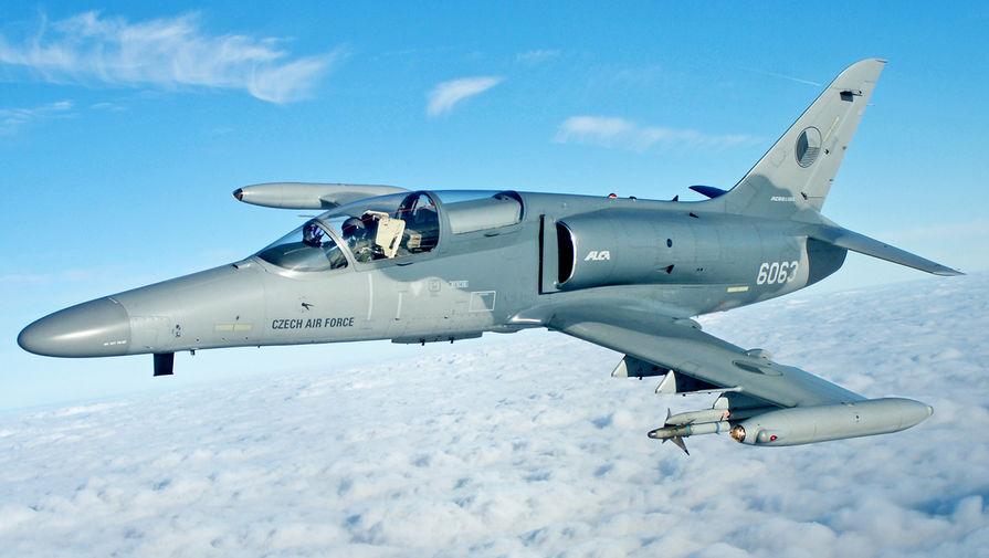 Боевой самолет ВВС Чехии потерял крышку кабины во время полета