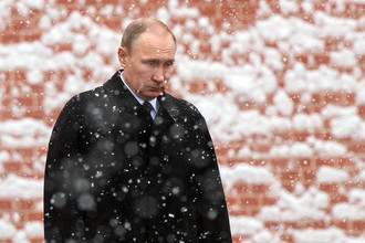Президент России Владимир Путин на церемонии возложения венка к Могиле Неизвестного Солдата у Кремлевской стены, 23 февраля 2017 года