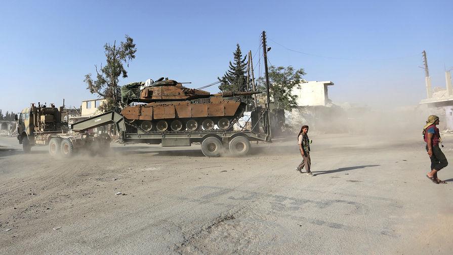 Турецкий танк и бойцы сирийской оппозиции в городе Эль-Рай на севере страны, октябрь 2016 года