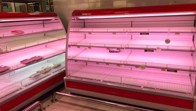 Пустые прилавки в одном из супермаркетов в Дохе