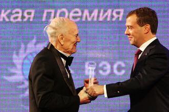 Президент Национальной академии наук Украины Борис Патон и президент России Дмитрий Медведев во время экономического форума в Санкт-Петербурге, июнь 2010 год