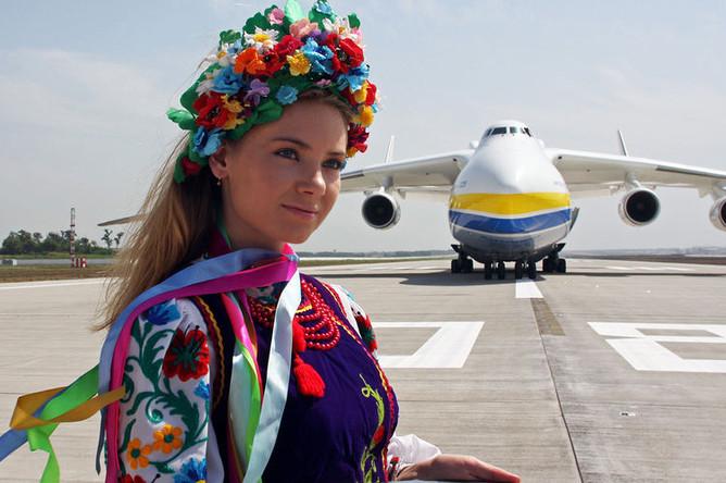 Самолет Ан-225 «Мрия» на новой взлетно-посадочной полосе международного аэропорта «Донецк», 2011 год