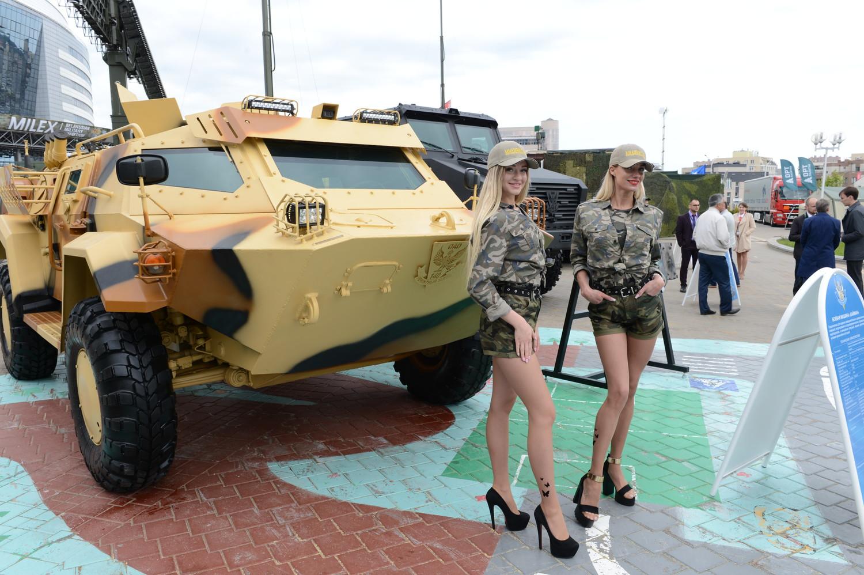 Белорусские девушки на фоне боевой машины «Кайман»