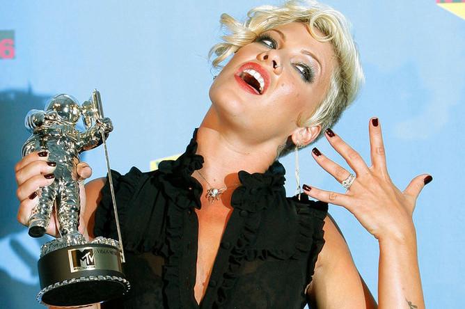 Певица Пинк позирует с наградой за лучшее поп-видео «Stupid Girls» на MTV Video Music Awards 2006 в Нью-Йорке