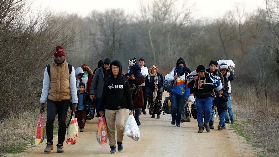 Мигранты идут к границе
