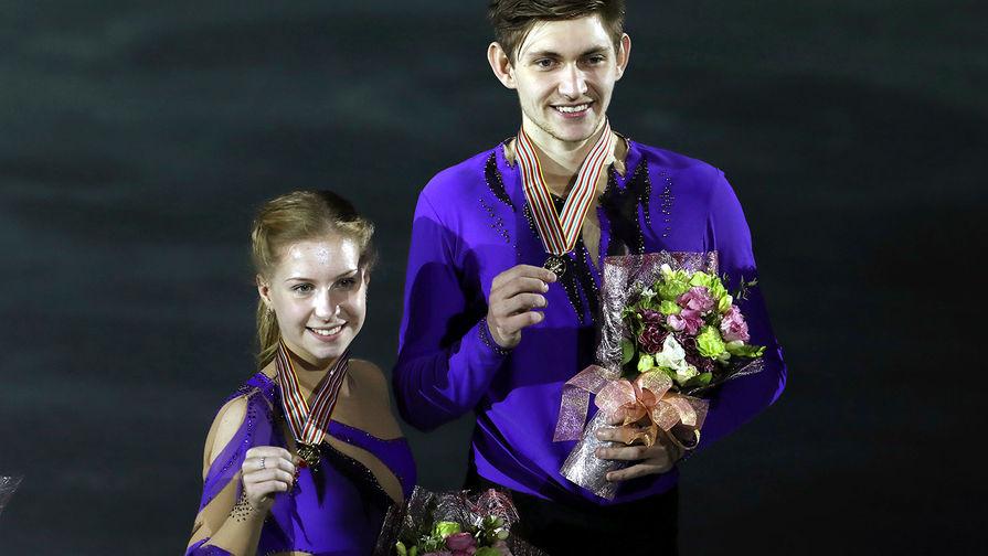 Екатерина Александровская и Харли Уиндзор после награждения на чемпионате мира по фигурному катанию среди юниоров 2017 в Тайбэе, где они завоевали золотые медали, 2017 год