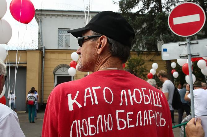 Участник акции протеста у СИЗО №1, где находится блогер Сергей Тихановский, 18 августа 2020 года