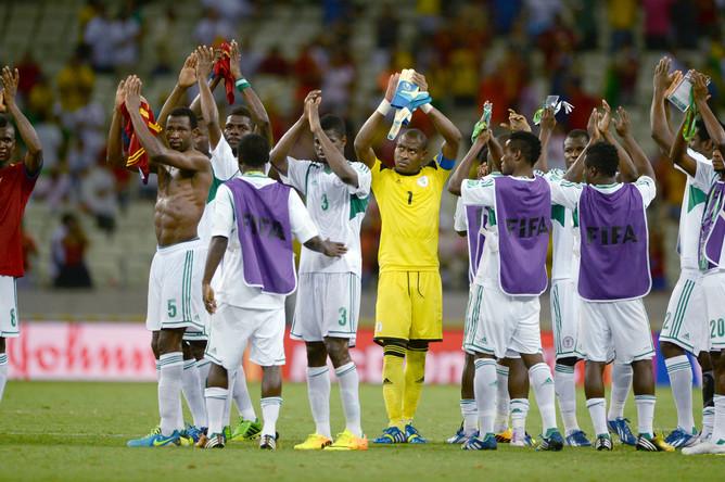 Футболисты сборной Нигерии благодарят болельщиков за поддержку.