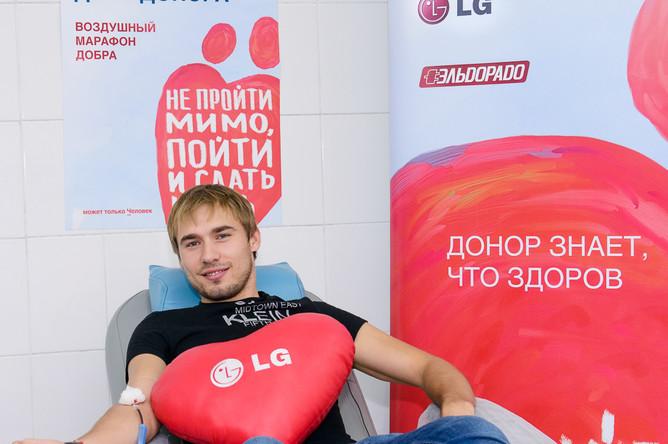 Олимпийский чемпион в эстафете биатлонист Антон Шипулин сдает кровь в Екатеринбурге
