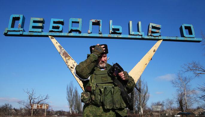 Ополченец ЛНР на одной из улиц Дебальцево после отхода из города украинских военных