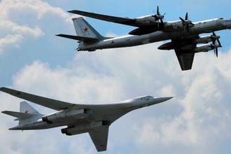 Стратегические бомбардировщики Ту-160 (слева) и Ту-95 (справа)