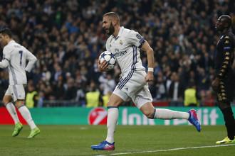 Нападающий мадридского «Реала» Карим Бензема сравнял счет в матче с «Наполи»