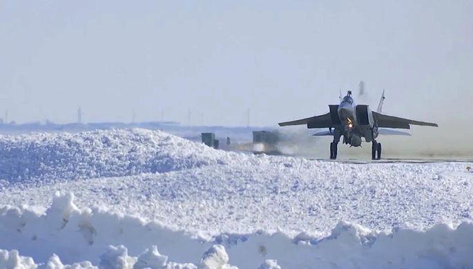 Экипаж истребителя МиГ-31 Воздушно-космических сил РФ выполнил практический учебно-боевой пуск...