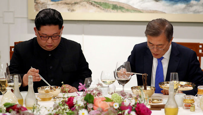 Президент Южной Кореи Мун Джэин и высший руководитель КНДР Ким Чен Ын во время банке в Доме Мира в...