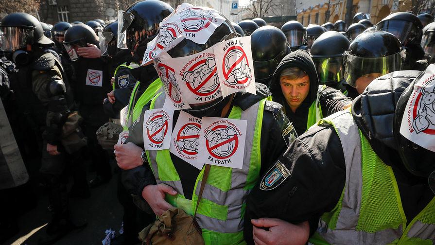 «Стой и отвечай»: Порошенко сбежал от националистов