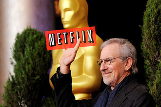 Режиссер Стивен Спилберг и логотип Netflix, коллаж «Газеты.Ru»