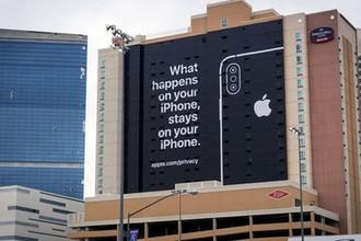 Надпись на плакате в Лас-Вегасе, США: «Что происходит на вашем iPhone, остается на вашем iPhone»