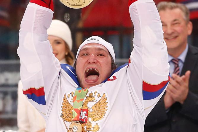 Александр Овечкин с трофеем чемпионата мира после победы России над Финляндией, 2014 год