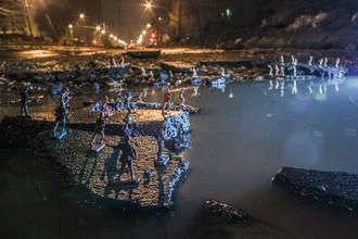 Инсталляция с фигурками солдатиков вокруг одной из ям в асфальте на пересечении улиц Советской армии и Дыбенко в Самаре