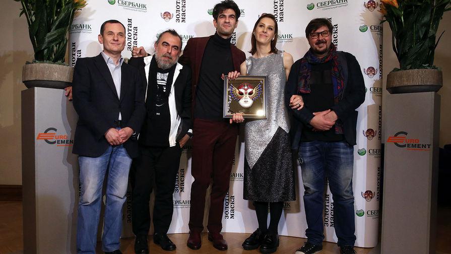 Режиссер Иван Поповски (второй слева) и актеры спектакля «Сон влетнюю ночь» театра «Мастерская П. Фоменко»