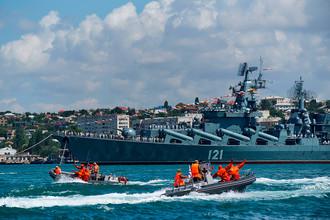 Ракетный крейсер 1-го ранга проекта 1164 «Атлант» «Москва» во время военно-морского парада в честь празднования Дня Военно-морского флота России в Севастополе, 30 июля 2017 года