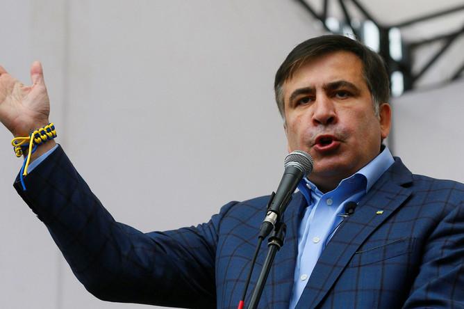 Михаил Саакашвили выступает на акции в поддержку политической реформы в Киеве, 17 октября 2017 года