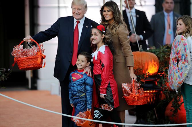 Президент США Дональд Трамп и его супруга Меланья во время празднования Хеллоуина в Белом доме, 30 октября 2017 года