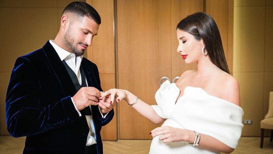 Певица Кети Топурия и ее бойфренд, предприниматель Лев Деньгов, расписались 20 ноября. Пышную свадьбу они планируют устроить в будущем — пока что пара с нетерпением ждет появления на свет малыша
