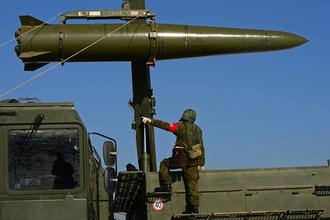 Загрузка ракеты транспортно-заряжающей машиной на самоходную пусковую установку оперативно-тактического ракетного комплекса «Искандер-М»