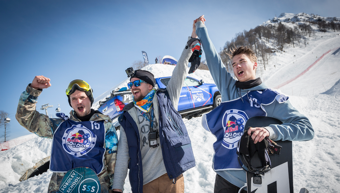 В финале турнира Red Bull Roll the Dice на горнолыжном курорте «Роза Хутор» в Красной Поляне 20-летний Марк Теймуров (справа) победил участника Олимпиады-2014 Алексея Соболева (слева)